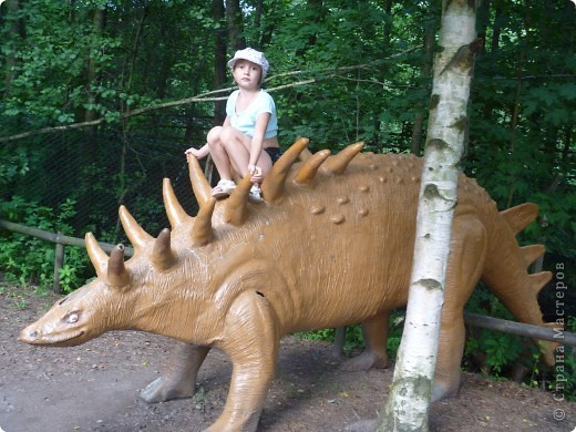 Эти Динозаврки установлены при входе в зоопарк. г. Борос Швеция. Они сделаны в натуральную величину, очень огромные. Детям очень нравится по ним лазить и играть. фото 1