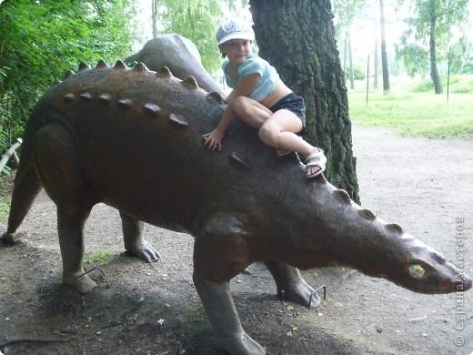 Эти Динозаврки установлены при входе в зоопарк. г. Борос Швеция. Они сделаны в натуральную величину, очень огромные. Детям очень нравится по ним лазить и играть. фото 12