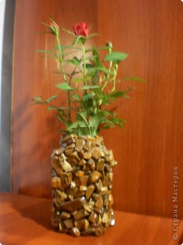 Это вазочка сделана из камней, наклеенных на банке. Сверху покрыть лаком.