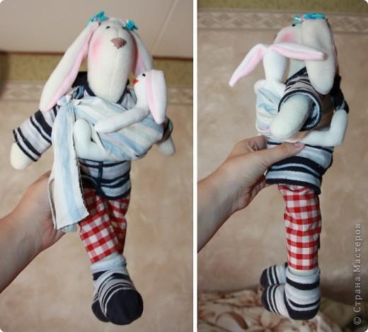 Вчера сшила дочке зайчика ( http://stranamasterov.ru/node/226047?t=blog ) Вечером сделала из старых протертых колготок дочки носочки и толстовку для зайки. А потом загорелась идеей сделать ей слинг и зайчонка. Вот утром воплотила. фото 2