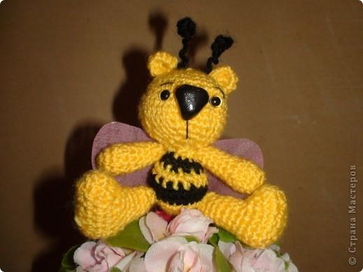 Это мишкапчёл родился у меня вчера, вязался по картинке найденой в интернете. Вот такое маленькое создание живет у меня на цветочном дереве. фото 1