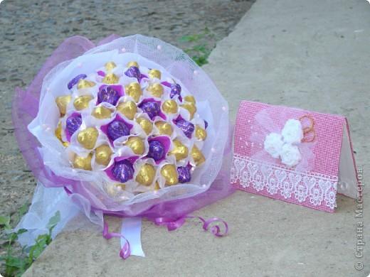 К годовщине ситцевой свадьбы, кроме открытки, был подарен еще конечно букет. Захотелось мне подарить не цветочный букет, а конфетный, и он меня не разочаровал, источал такой аромат шоколада, ну просто прелесть! фото 1