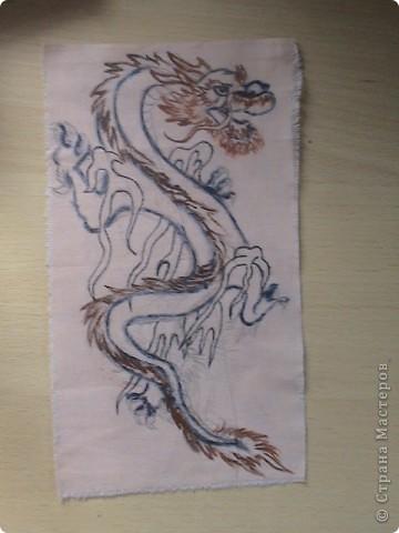 Готовимся к новому 2012 году дракона.  Замечательный подарок для родных и близких.  Для приготовления понадобится: 1 кусочек ткани 2 Гуашь или акварель 3 маркеры (зелёный, синий, красный и чёрный) 4 Порошковая бронза разведённая с оливой Ну, и конечно же вдохновение и фантазия)       Надеюсь понравится.=) фото 2