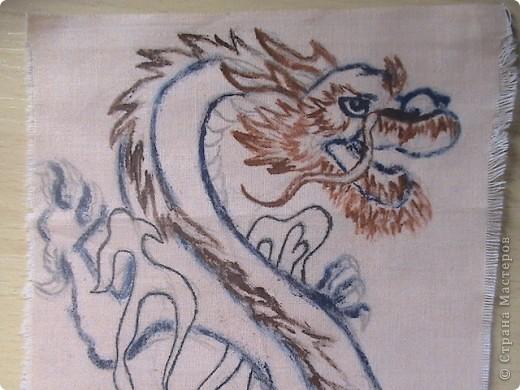 Готовимся к новому 2012 году дракона.  Замечательный подарок для родных и близких.  Для приготовления понадобится: 1 кусочек ткани 2 Гуашь или акварель 3 маркеры (зелёный, синий, красный и чёрный) 4 Порошковая бронза разведённая с оливой Ну, и конечно же вдохновение и фантазия)       Надеюсь понравится.=) фото 3