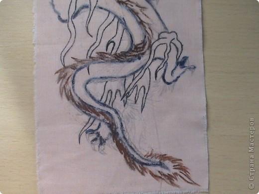 Готовимся к новому 2012 году дракона.  Замечательный подарок для родных и близких.  Для приготовления понадобится: 1 кусочек ткани 2 Гуашь или акварель 3 маркеры (зелёный, синий, красный и чёрный) 4 Порошковая бронза разведённая с оливой Ну, и конечно же вдохновение и фантазия)       Надеюсь понравится.=) фото 4