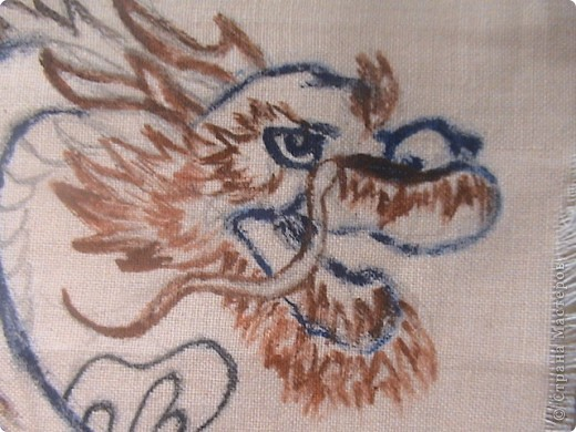 Готовимся к новому 2012 году дракона.  Замечательный подарок для родных и близких.  Для приготовления понадобится: 1 кусочек ткани 2 Гуашь или акварель 3 маркеры (зелёный, синий, красный и чёрный) 4 Порошковая бронза разведённая с оливой Ну, и конечно же вдохновение и фантазия)       Надеюсь понравится.=) фото 5
