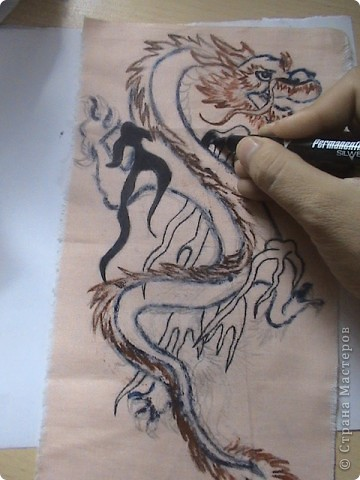 Готовимся к новому 2012 году дракона.  Замечательный подарок для родных и близких.  Для приготовления понадобится: 1 кусочек ткани 2 Гуашь или акварель 3 маркеры (зелёный, синий, красный и чёрный) 4 Порошковая бронза разведённая с оливой Ну, и конечно же вдохновение и фантазия)       Надеюсь понравится.=) фото 6