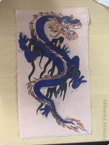 Готовимся к новому 2012 году дракона.  Замечательный подарок для родных и близких.  Для приготовления понадобится: 1 кусочек ткани 2 Гуашь или акварель 3 маркеры (зелёный, синий, красный и чёрный) 4 Порошковая бронза разведённая с оливой Ну, и конечно же вдохновение и фантазия)       Надеюсь понравится.=) фото 8