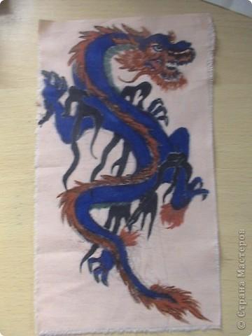 Готовимся к новому 2012 году дракона.  Замечательный подарок для родных и близких.  Для приготовления понадобится: 1 кусочек ткани 2 Гуашь или акварель 3 маркеры (зелёный, синий, красный и чёрный) 4 Порошковая бронза разведённая с оливой Ну, и конечно же вдохновение и фантазия)       Надеюсь понравится.=) фото 10