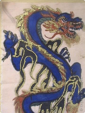 Готовимся к новому 2012 году дракона.  Замечательный подарок для родных и близких.  Для приготовления понадобится: 1 кусочек ткани 2 Гуашь или акварель 3 маркеры (зелёный, синий, красный и чёрный) 4 Порошковая бронза разведённая с оливой Ну, и конечно же вдохновение и фантазия)       Надеюсь понравится.=) фото 13
