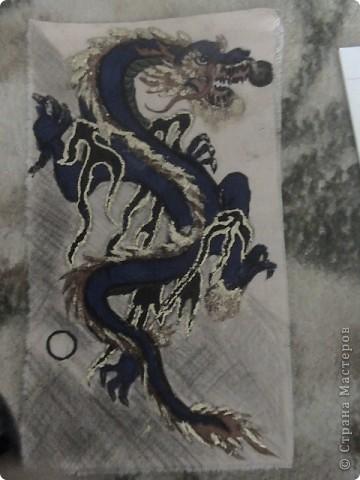 Готовимся к новому 2012 году дракона.  Замечательный подарок для родных и близких.  Для приготовления понадобится: 1 кусочек ткани 2 Гуашь или акварель 3 маркеры (зелёный, синий, красный и чёрный) 4 Порошковая бронза разведённая с оливой Ну, и конечно же вдохновение и фантазия)       Надеюсь понравится.=) фото 14