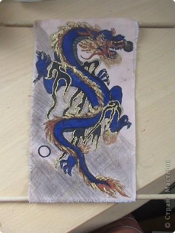 Готовимся к новому 2012 году дракона.  Замечательный подарок для родных и близких.  Для приготовления понадобится: 1 кусочек ткани 2 Гуашь или акварель 3 маркеры (зелёный, синий, красный и чёрный) 4 Порошковая бронза разведённая с оливой Ну, и конечно же вдохновение и фантазия)       Надеюсь понравится.=) фото 1