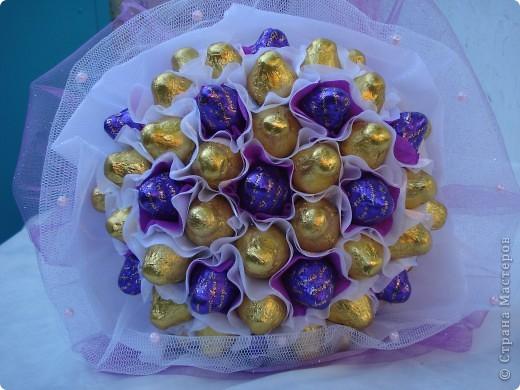 К годовщине ситцевой свадьбы, кроме открытки, был подарен еще конечно букет. Захотелось мне подарить не цветочный букет, а конфетный, и он меня не разочаровал, источал такой аромат шоколада, ну просто прелесть! фото 3