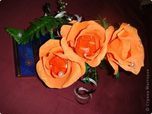 Очень надо было срочно сделать подарки на день рождения .3 шоколадки украсила в технике свит дизайна.Это оранжевые розочки. фото 1