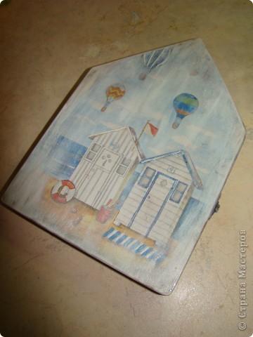 Сделала вот такую ключницу ( вторую в своей жизни) Коллаж из салфетки, лесировка белым, конечно же бейц, и 3D гель фото 1