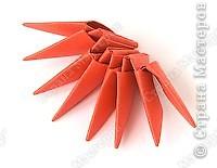 Такую клубничку можно выполнить в разных вариантах — как сувенир на тарелочке (модульной или любой другой) или как ёлочную игрушку. Клубничка собирается из 59 красных модулей. А на листочки может пойти 7 или 13 зелёных модулей. Рекомендуемый размер прямоугольника для модулей 38х60 мм. Сначала собери Треугольные модули оригами.  фото 3