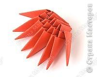 Такую клубничку можно выполнить в разных вариантах — как сувенир на тарелочке (модульной или любой другой) или как ёлочную игрушку. Клубничка собирается из 59 красных модулей. А на листочки может пойти 7 или 13 зелёных модулей. Рекомендуемый размер прямоугольника для модулей 38х60 мм. Сначала собери Треугольные модули оригами.  фото 4