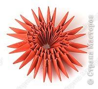Такую клубничку можно выполнить в разных вариантах — как сувенир на тарелочке (модульной или любой другой) или как ёлочную игрушку. Клубничка собирается из 59 красных модулей. А на листочки может пойти 7 или 13 зелёных модулей. Рекомендуемый размер прямоугольника для модулей 38х60 мм. Сначала собери Треугольные модули оригами.  фото 6