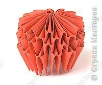 Такую клубничку можно выполнить в разных вариантах — как сувенир на тарелочке (модульной или любой другой) или как ёлочную игрушку. Клубничка собирается из 59 красных модулей. А на листочки может пойти 7 или 13 зелёных модулей. Рекомендуемый размер прямоугольника для модулей 38х60 мм. Сначала собери Треугольные модули оригами.  фото 7
