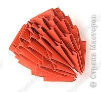 Такую клубничку можно выполнить в разных вариантах — как сувенир на тарелочке (модульной или любой другой) или как ёлочную игрушку. Клубничка собирается из 59 красных модулей. А на листочки может пойти 7 или 13 зелёных модулей. Рекомендуемый размер прямоугольника для модулей 38х60 мм. Сначала собери Треугольные модули оригами.  фото 8