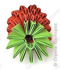 Такую клубничку можно выполнить в разных вариантах — как сувенир на тарелочке (модульной или любой другой) или как ёлочную игрушку. Клубничка собирается из 59 красных модулей. А на листочки может пойти 7 или 13 зелёных модулей. Рекомендуемый размер прямоугольника для модулей 38х60 мм. Сначала собери Треугольные модули оригами.  фото 11