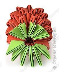 Такую клубничку можно выполнить в разных вариантах — как сувенир на тарелочке (модульной или любой другой) или как ёлочную игрушку. Клубничка собирается из 59 красных модулей. А на листочки может пойти 7 или 13 зелёных модулей. Рекомендуемый размер прямоугольника для модулей 38х60 мм. Сначала собери Треугольные модули оригами.  фото 9
