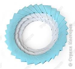 Такую клубничку можно выполнить в разных вариантах — как сувенир на тарелочке (модульной или любой другой) или как ёлочную игрушку. Клубничка собирается из 59 красных модулей. А на листочки может пойти 7 или 13 зелёных модулей. Рекомендуемый размер прямоугольника для модулей 38х60 мм. Сначала собери Треугольные модули оригами.  фото 12
