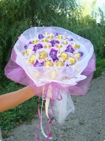 К годовщине ситцевой свадьбы, кроме открытки, был подарен еще конечно букет. Захотелось мне подарить не цветочный букет, а конфетный, и он меня не разочаровал, источал такой аромат шоколада, ну просто прелесть! фото 4