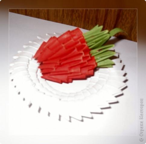 Такую клубничку можно выполнить в разных вариантах — как сувенир на тарелочке (модульной или любой другой) или как ёлочную игрушку. Клубничка собирается из 59 красных модулей. А на листочки может пойти 7 или 13 зелёных модулей. Рекомендуемый размер прямоугольника для модулей 38х60 мм. Сначала собери Треугольные модули оригами.  фото 1