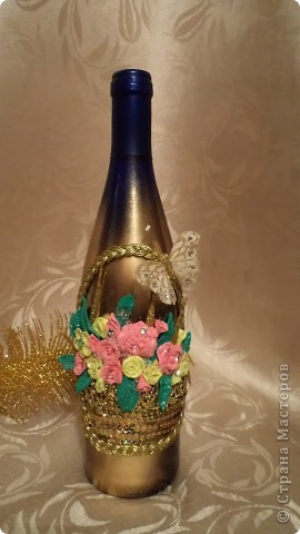 """На работе у сотрудницы завтра день рождения. Зная что я приготовлю и для нее бутылочку ( это уже традиция ), попросила сделать для нее бутылочку """" ну всю в золоте"""". Скажу вам , девочки, она  большая любительница золота- цепочки, подвески, перстни, посуда,  и все что можно озолочено.  Вот и получилась такая золотая корзина. фото 1"""