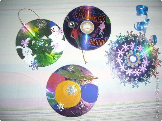 Старые CD и DVD диски очень даже пригодились :) Разукрашивала гуашью и украшала паетками-снежинками. фото 1
