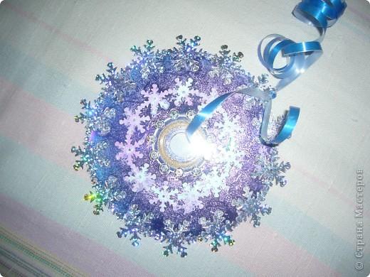 Старые CD и DVD диски очень даже пригодились :) Разукрашивала гуашью и украшала паетками-снежинками. фото 2