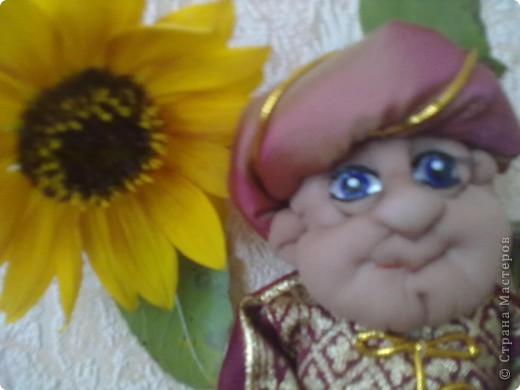 Бабушка-хранительница домашнего очага. Моя первая проба. Это как ребенок: задумывал одно, а плод трудов проявил свой характер, получилась бабушка. А уж одежки для кукол я все детство изобретала. фото 12