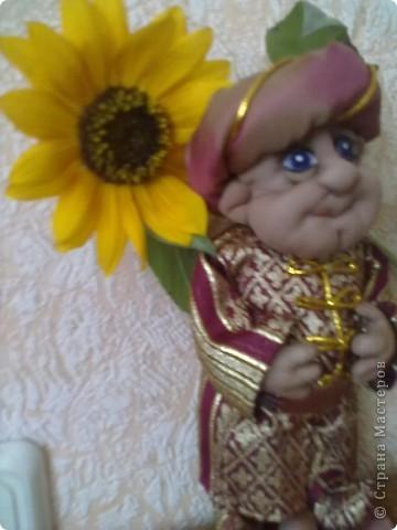 Бабушка-хранительница домашнего очага. Моя первая проба. Это как ребенок: задумывал одно, а плод трудов проявил свой характер, получилась бабушка. А уж одежки для кукол я все детство изобретала. фото 13