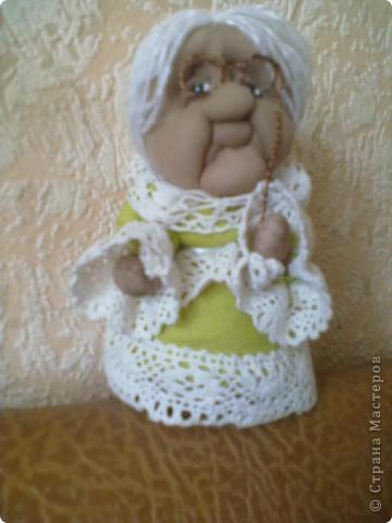 Бабушка-хранительница домашнего очага. Моя первая проба. Это как ребенок: задумывал одно, а плод трудов проявил свой характер, получилась бабушка. А уж одежки для кукол я все детство изобретала. фото 1