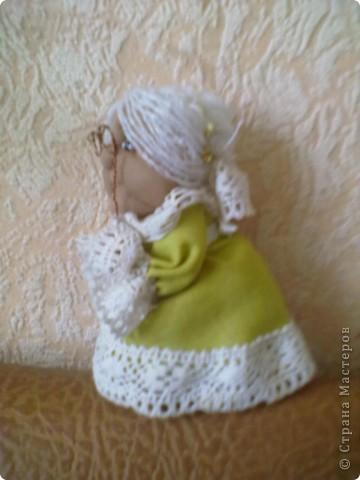 Бабушка-хранительница домашнего очага. Моя первая проба. Это как ребенок: задумывал одно, а плод трудов проявил свой характер, получилась бабушка. А уж одежки для кукол я все детство изобретала. фото 2