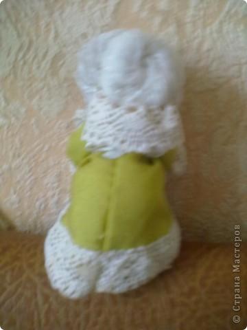 Бабушка-хранительница домашнего очага. Моя первая проба. Это как ребенок: задумывал одно, а плод трудов проявил свой характер, получилась бабушка. А уж одежки для кукол я все детство изобретала. фото 3