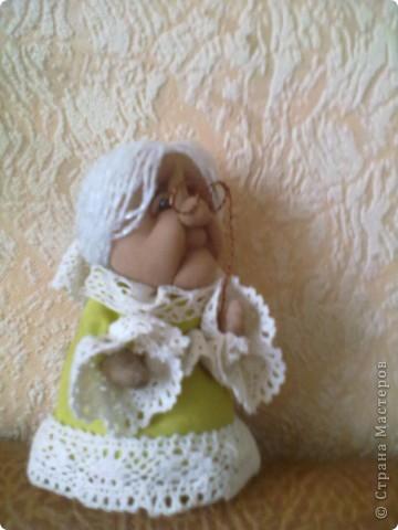 Бабушка-хранительница домашнего очага. Моя первая проба. Это как ребенок: задумывал одно, а плод трудов проявил свой характер, получилась бабушка. А уж одежки для кукол я все детство изобретала. фото 4