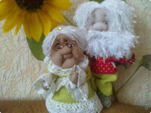 Бабушка-хранительница домашнего очага. Моя первая проба. Это как ребенок: задумывал одно, а плод трудов проявил свой характер, получилась бабушка. А уж одежки для кукол я все детство изобретала. фото 6