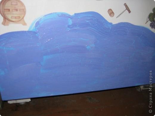 Это финишная фотка моего преобразившегося дачного холодильника. Еще в прошлом году я затеяла его обновить. Он был грязный ржавый и весь покрыт неудачно маскирующими все это магнитами.  Итак! Я купила белую краску по ржавчине, смело покрыла обезжиреную поверхность и начала декупажировать... фото 4