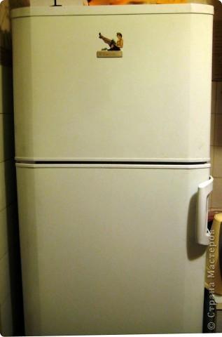 Это финишная фотка моего преобразившегося дачного холодильника. Еще в прошлом году я затеяла его обновить. Он был грязный ржавый и весь покрыт неудачно маскирующими все это магнитами.  Итак! Я купила белую краску по ржавчине, смело покрыла обезжиреную поверхность и начала декупажировать... фото 7