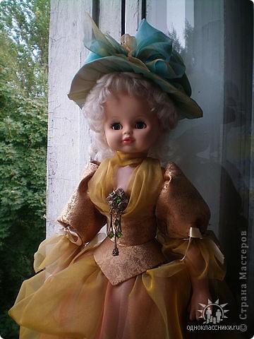 Первое знакомство с народной куклой отношу в далекое детство. В возрасте пяти лет меня привезли в деревню к бабушке. А когда родители уехали,обнаружилось,что дома забыли всех кукол. Я подняла страшный рёв! И тогда бабушка села делать мне куклу из тряпочек,ниточек. Помню что волосы были из черной овечьей шерсти,косы с ленточками. Я смотрела как рождается кукла.С этого все и началось...И на всю жизнь! фото 6