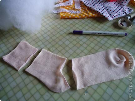 Вот такого малыша из носочка я сшила-веселый позитивный малыш!Самое сложное в его изготовлении-найти подходящие носки. фото 3