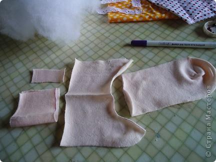 Вот такого малыша из носочка я сшила-веселый позитивный малыш!Самое сложное в его изготовлении-найти подходящие носки. фото 4
