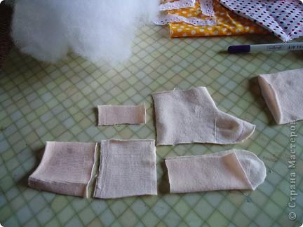 Вот такого малыша из носочка я сшила-веселый позитивный малыш!Самое сложное в его изготовлении-найти подходящие носки. фото 5