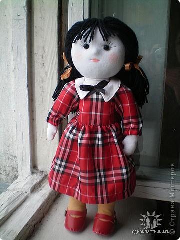 Первое знакомство с народной куклой отношу в далекое детство. В возрасте пяти лет меня привезли в деревню к бабушке. А когда родители уехали,обнаружилось,что дома забыли всех кукол. Я подняла страшный рёв! И тогда бабушка села делать мне куклу из тряпочек,ниточек. Помню что волосы были из черной овечьей шерсти,косы с ленточками. Я смотрела как рождается кукла.С этого все и началось...И на всю жизнь! фото 2