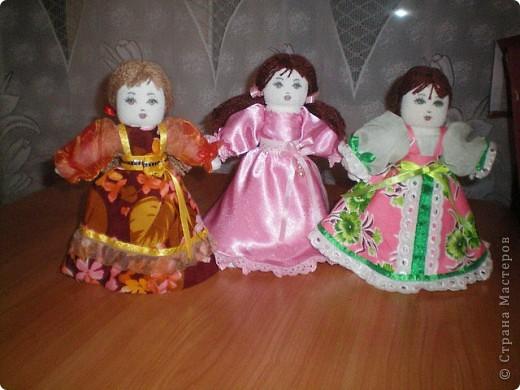 Первое знакомство с народной куклой отношу в далекое детство. В возрасте пяти лет меня привезли в деревню к бабушке. А когда родители уехали,обнаружилось,что дома забыли всех кукол. Я подняла страшный рёв! И тогда бабушка села делать мне куклу из тряпочек,ниточек. Помню что волосы были из черной овечьей шерсти,косы с ленточками. Я смотрела как рождается кукла.С этого все и началось...И на всю жизнь! фото 9