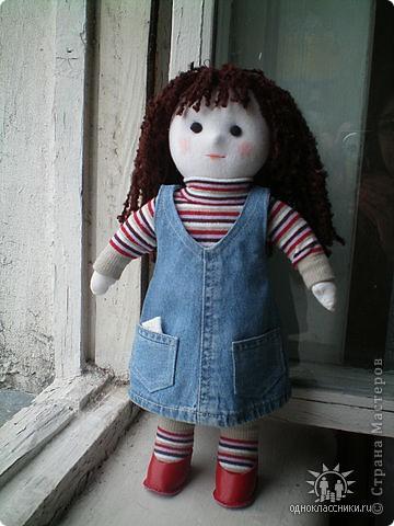 Первое знакомство с народной куклой отношу в далекое детство. В возрасте пяти лет меня привезли в деревню к бабушке. А когда родители уехали,обнаружилось,что дома забыли всех кукол. Я подняла страшный рёв! И тогда бабушка села делать мне куклу из тряпочек,ниточек. Помню что волосы были из черной овечьей шерсти,косы с ленточками. Я смотрела как рождается кукла.С этого все и началось...И на всю жизнь! фото 3