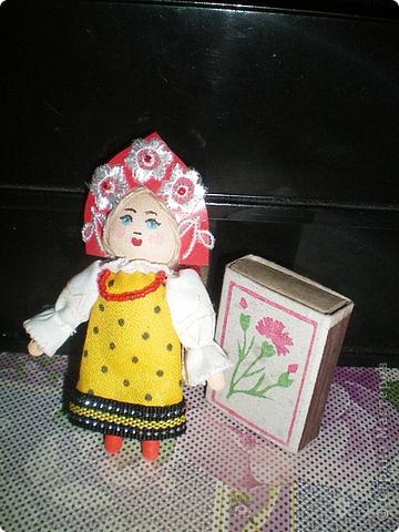Первое знакомство с народной куклой отношу в далекое детство. В возрасте пяти лет меня привезли в деревню к бабушке. А когда родители уехали,обнаружилось,что дома забыли всех кукол. Я подняла страшный рёв! И тогда бабушка села делать мне куклу из тряпочек,ниточек. Помню что волосы были из черной овечьей шерсти,косы с ленточками. Я смотрела как рождается кукла.С этого все и началось...И на всю жизнь! фото 10