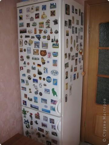 Это финишная фотка моего преобразившегося дачного холодильника. Еще в прошлом году я затеяла его обновить. Он был грязный ржавый и весь покрыт неудачно маскирующими все это магнитами.  Итак! Я купила белую краску по ржавчине, смело покрыла обезжиреную поверхность и начала декупажировать... фото 6